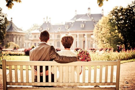 Paar auf Parkbank im Garten von Scloß Pillnitz